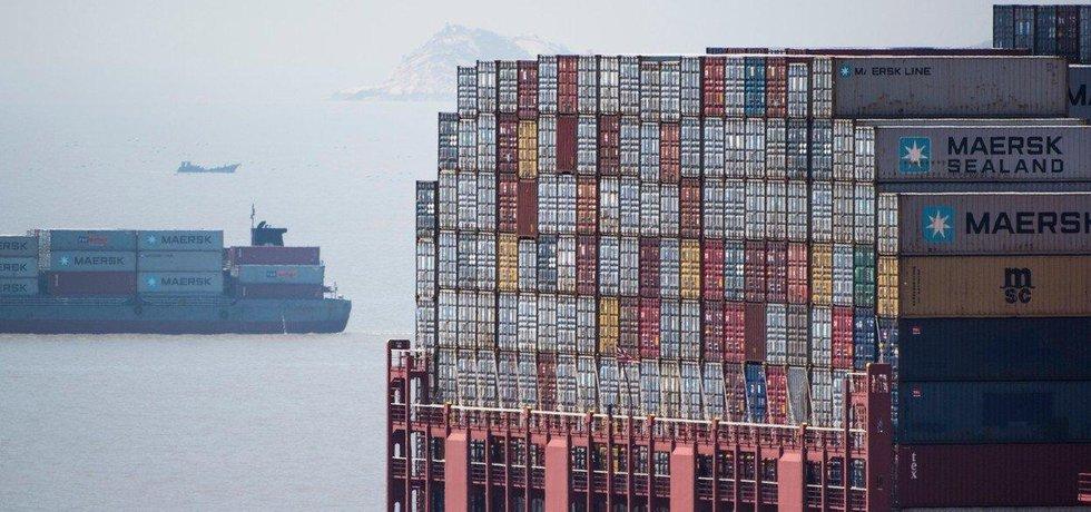 Nákladní loď v přístavu Yangshan v Šanghaji