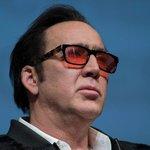Nicolas Cage: Coppolův synovec Cage měl na vrcholu své kariéry jmění v hodnotě 150 milionů dolarů. Stal se však obětí svých vlastních extravagantních chutí. Pořídil si například vlastní chobotnici či pravou lebku dinousaura. Do toho neuváženě investoval do nemovitostí a brzy zbankrotoval. Cage se vrátil do plusu prací: začal brát takřka všechny nabídnuté role, takže se i přes pochybné kvality některých svých dalších filmů dokázal dostat z nejhoršího. V loňském roce už hodnota jeho majetku činila 25 milionů dolarů.