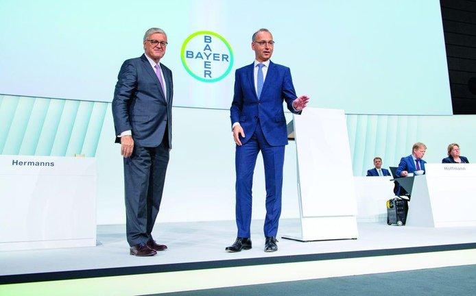 Vabank. Šéf Bayeru Werner Baumann (vpravo) a předseda dozorčí rady Werner Wenning (vlevo) nechali akcionáře zpětně hlasovat o fúzi s Monsantem. Prošli s odřenýma ušima a dostali devět měsíců na nápravu škod.