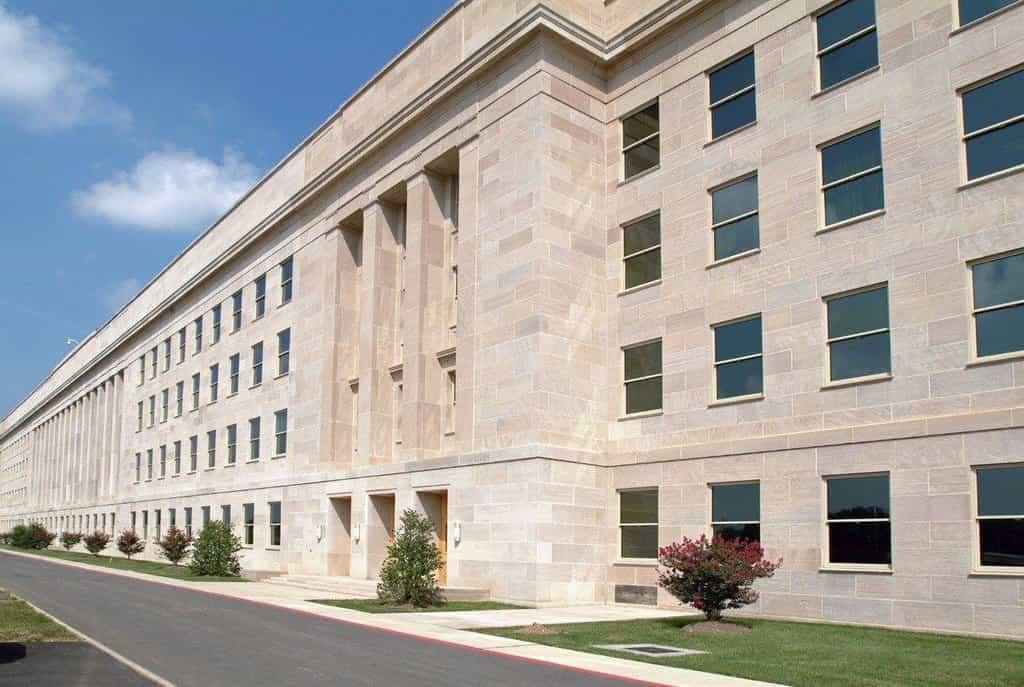 Pentagon má jen pět pater nad zemí a další dvě pod zemí. Je tomu tak kvůli nařízení generála Brehorna Somervella, který měl zajištění stavby na starosti. Jednak panovaly obavy, že by vysoká budova mohla zakrýt výhled na Washington D.C., ale mělo to i praktičtější důvod. V USA během války panoval nedostatek oceli a na nižší stavbu se tak místo ní mohl primárně použít beton.