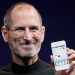 Steve Jobs ukazuje iPhone 4 v roce 2010.