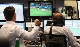 Obchodníci sledují fotbalový zápas