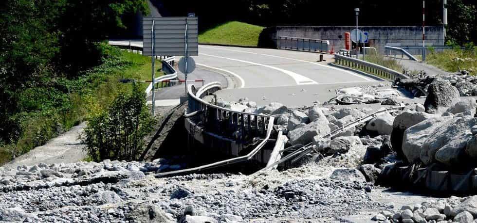 Zničená silnice ve Švýcarsku po sesuvu kamení, ilustrační foto