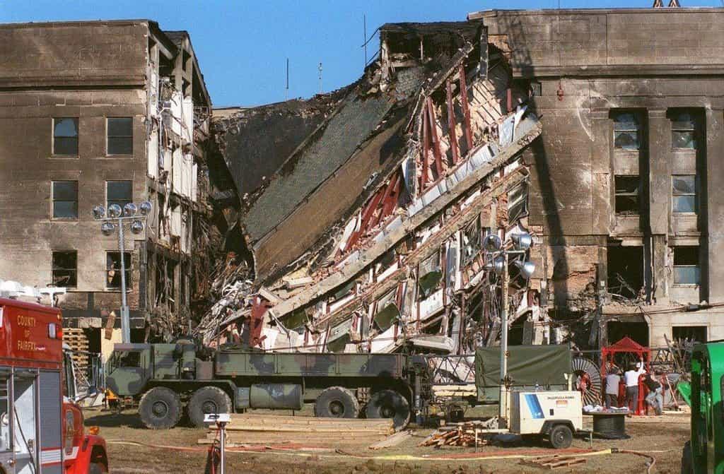 V roce 2001 finišovaly renovační práce, když se Pentagon stal 11. září terčem teroristického útoku. Po nárazu letadla zemřelo téměř 200 lidí. Právě renovace ale další životy zachránila. Celou budovu totiž celkově zpevnila.