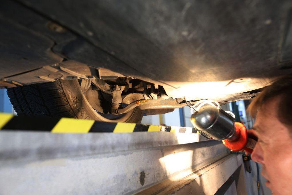 Technik kontroluje míru koroze na podvozku a poloose.