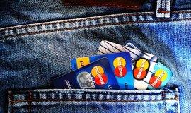 Vypadají stejně, přesto se zásadně liší. Jaký je rozdíl mezi kreditní a debetní kartou?
