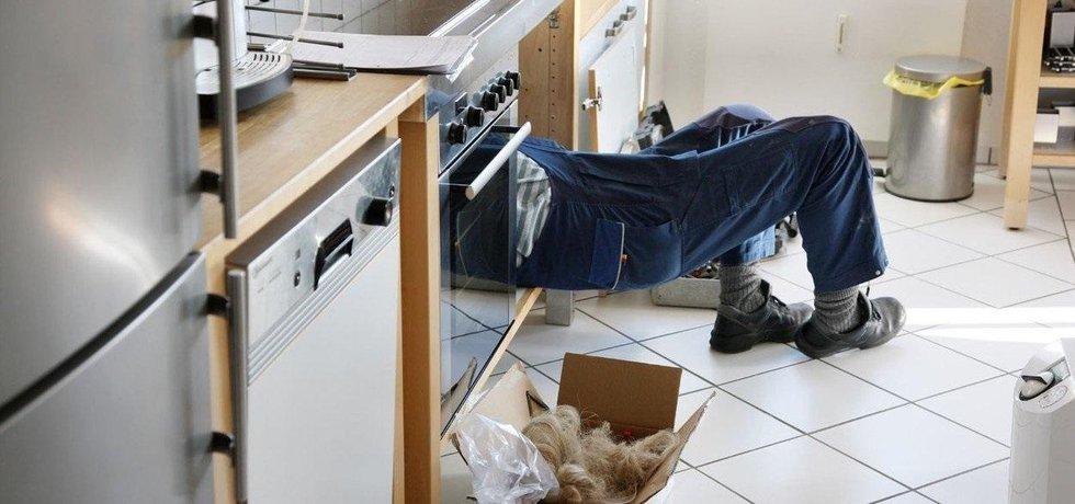 Německý instalatér při práci, ilustrační foto