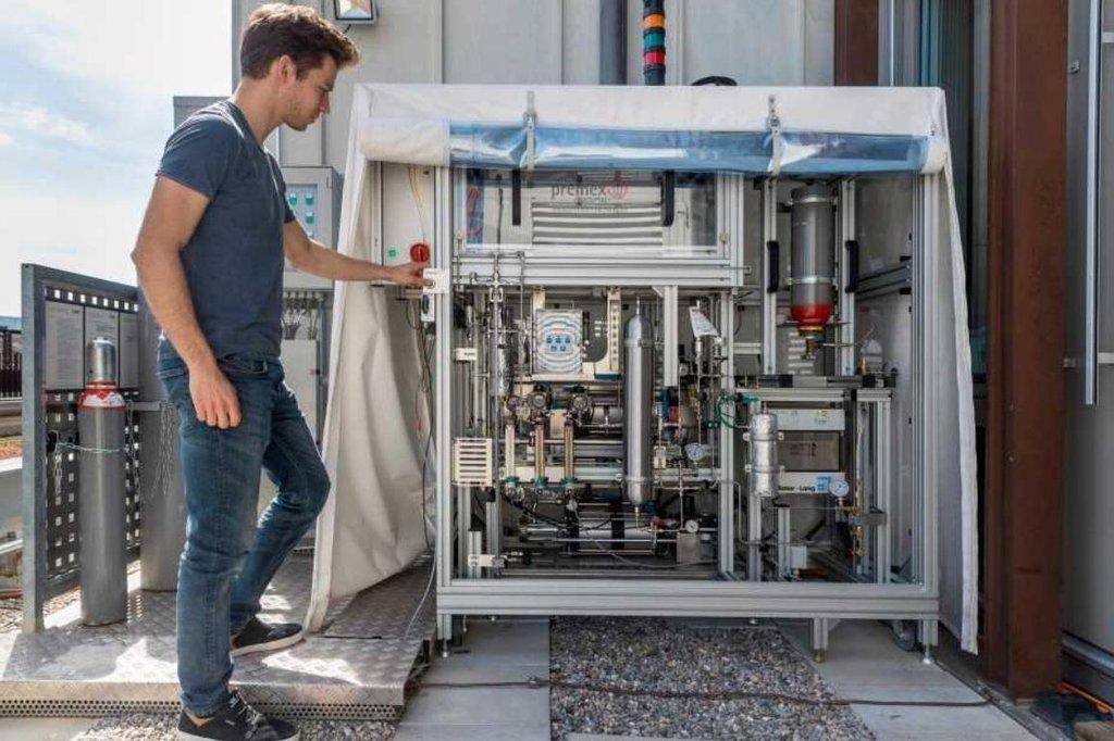 Solární reaktor vyrábí palivo z CO2 a vody z okolního vzduchu.