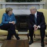 """Po návštěvě německé kancléřky Angely Merkelové v Bílém domě obletěly svět záběry zachycující amerického prezidenta, který se zdráhá podat své návštěvě ruku. """"Pošlete do Německa pár pěkných fotek,"""" utrousil uštěpačně k novinářům."""