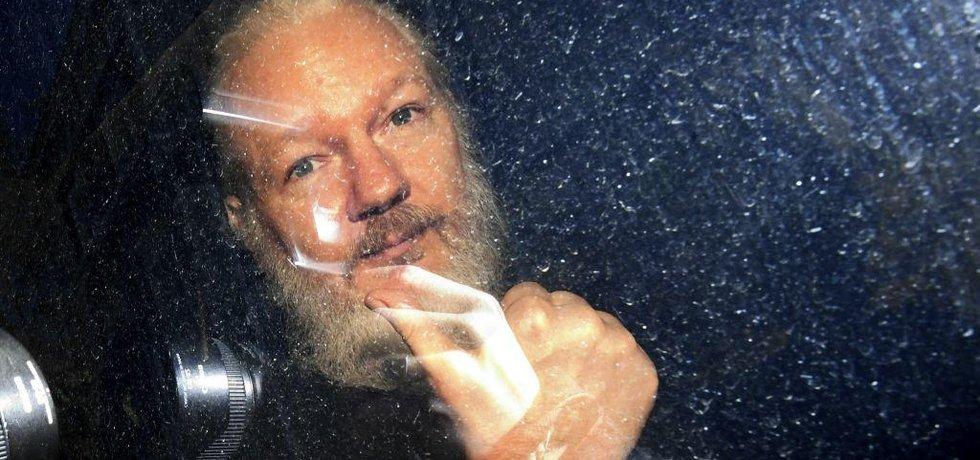 Julian Assange při příjezdu k městskému soudu ve Westminsteru.