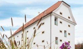 Sýpka z 18. století, přebudovaná na velkorysé prostorné byty nedaleko Brna