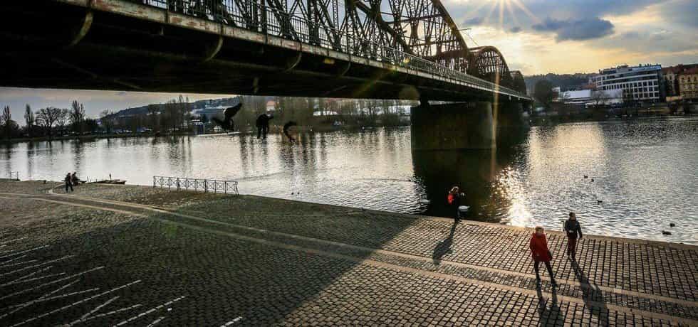Správa komunikací uzavře lávky pro pěší na železničním mostě