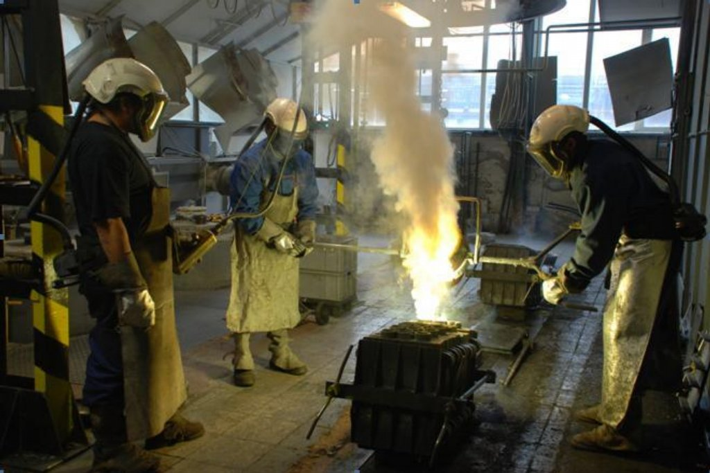 V Kamenickém Šenově se rodí kompletní, ručně vyráběná svítidla. Na jejich vzniku se podílí i dělníci odlévající v ochranných skafandrech mosaz. V průběhu procesu lijí mosaz do uzavřených forem při teplotě kolem 1 120 °C. Kelímek s natavenou slitinou se vyndá speciálními kleštěmi z pece, zbaví se strusky a pomocí jeřábu se tekutý kov odlévá do forem.