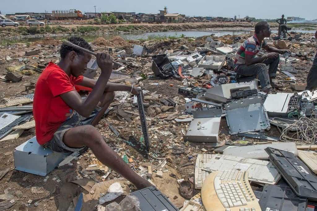 Na skládce Agbogbloshie pracují často i děti.