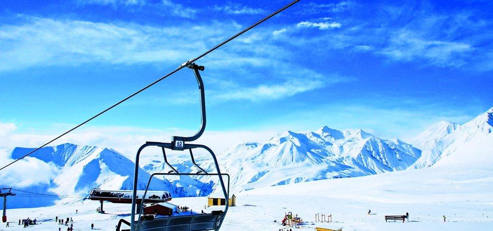 Táhlé lanovky. V Gudauri jsou lanovky většinou delší než v Rakousku. Pohled na okolní vrcholy však dokáže lyžaře zabavit