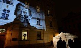 Lidé se sešli 18. prosince na Václavském náměstí v Praze, aby zavzpomínali na prezidenta Václava Havla, od jehož smrti uplynul jeden rok. Večerní Prahou se pak vydali na Hradčanské náměstí. Organizátoři vzpomínkového programu tam promítali archivní fotografie na budovu pražského arcibiskupství.