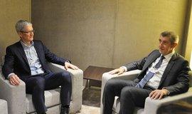 Premiér Andrej Babiš (vpravo) na schůzce s šéfem Applu Timem Cookem