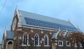 Solární panely na střeše kostela, ilustrační foto (Autor: Michael Coghlan, CC BY 2.0, Flickr)