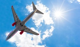 """Žena se za letu pokusila otevřít dveře. Aerolinky ji """"odměnily"""" několikamilionovou pokutou"""