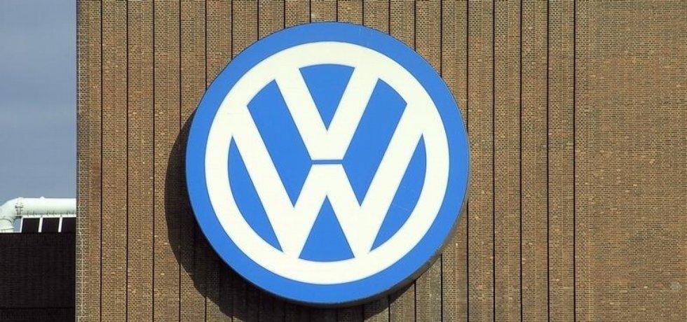 Znak Volkswagenu na známé tepelné elektrárně ve Wolfsburgu