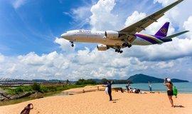 Letadlo přelétající nad pláží Mai Khao.