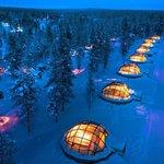 Kakslauttanen: Finsko. Resort ve finském Laponsku nabízí ubytování ve speciálních iglú, z jejichž ložnice s prosklenou střechou můžete sledovat polární záři. Hotel disponuje i největší kouřovou saunou na světě.
