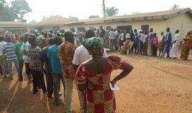 Fronta před volební místností v Bangui, hlavním městě Středoafrické republiky