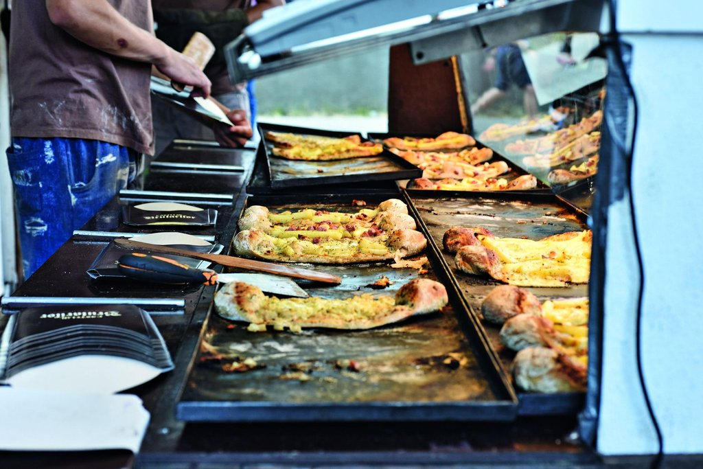 Street food. Na ulicích Tbilisi se dá všude levně najíst. Ve stáncích stojí chačapuri kolem 15 korun