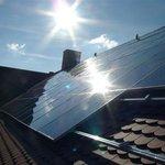Střecha se solárními panely, ilustrační foto