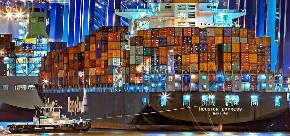 Kontejnerová loď v přístavu v Hamburku
