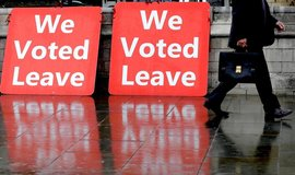 Bannery fanoušků brexitu před britským parlamentem, ilustrační foto