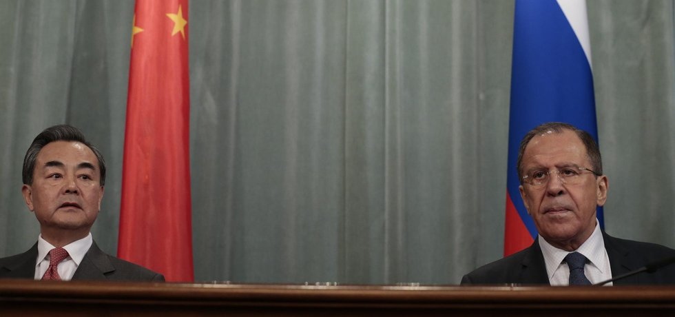 Čínský ministr zahraničí Wang I a jeho ruský protějšek Sergej Lavrov