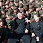 Kim Čong-un s manželkou Ri Sol-ču ve vojenské revoluční škole v Pchjongjangu v březnu 2017.
