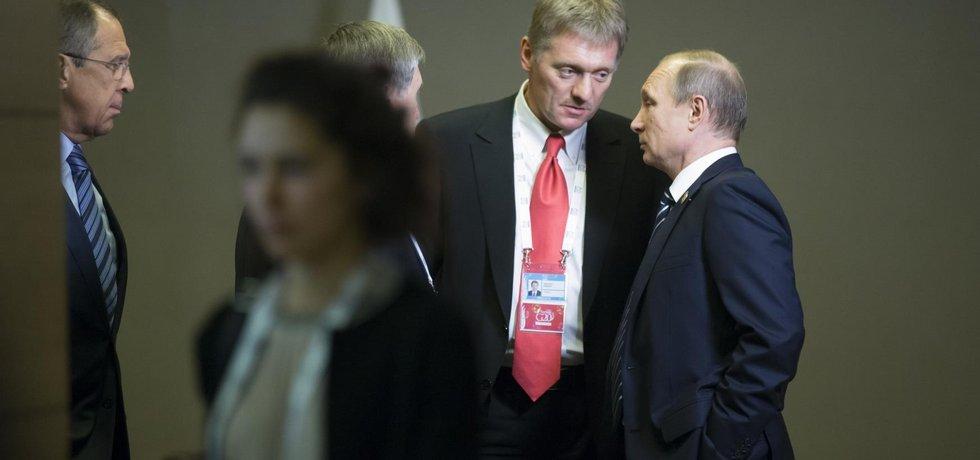Ruský ministr zahraničí Sergej Lavrov, mluvčí Kremlu Dmitrij Peskov a ruský prezident Vladimír Putin
