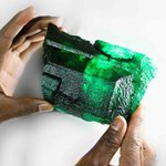 """Kilový smaragd v Zambii - V říjnu byl v největším smaragdovém dole v Zambii nalezen obrovský surový smaragd, s váhou přes jeden kilogram. Dostal jméno Inkalamu, což v místním jazyce znamená """"lev"""". V listopadu byl vydražen, cena oznámena nebyla. Podle odhadů se však hodnota smaragdu pohybovala kolem 2,5 milionu dolarů."""