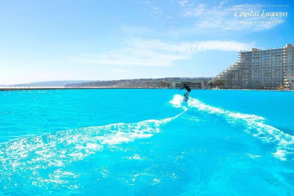 Na délku má více než kilometr. Bazén zabírá 20 akrů, což odpovídá šesti tisícům domácích bazénů