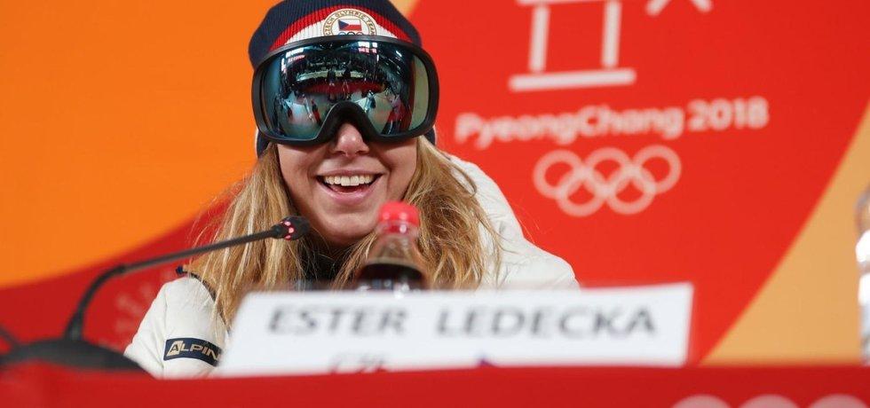 """Ester Ledecká na tiskové konferenci po vítězství v olympijském závodě v Super-G. """"Brýle? Nemám make-up."""""""