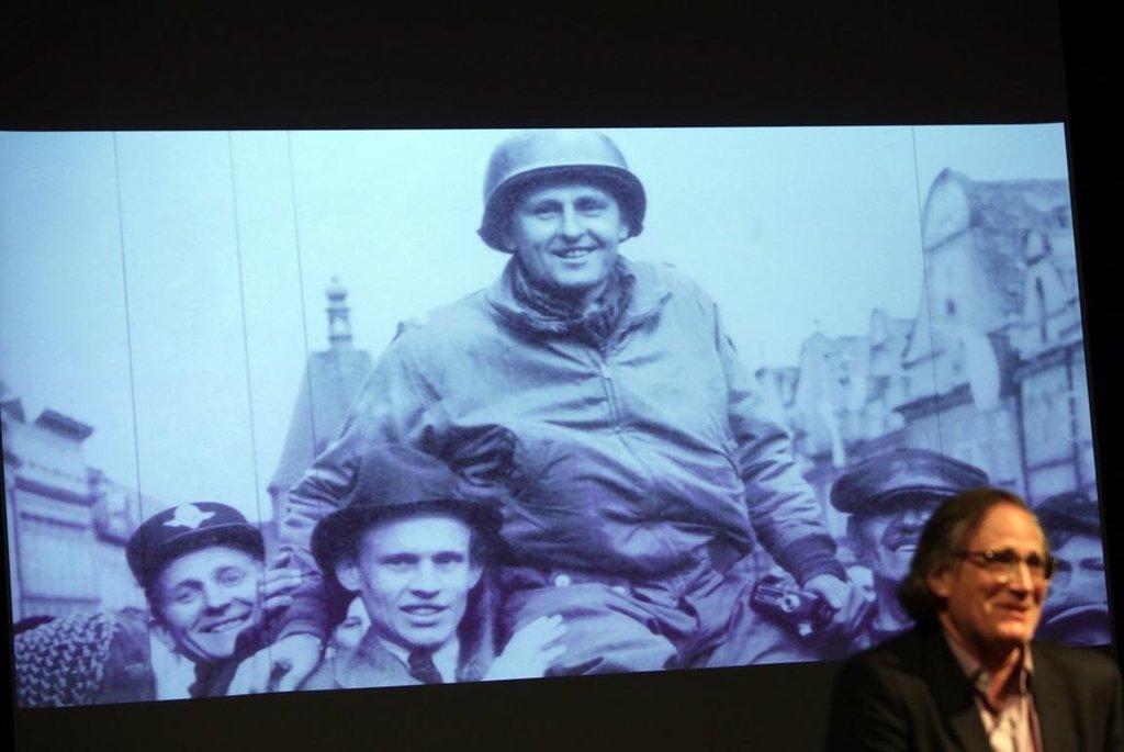 Matt Kanop prošel v boji proti Hitlerovi půlku Evropy až do kraje svých předků a první nacista, kterého tu spatřil, nosil zrovna jeho příjmení