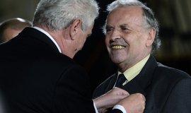 Karel Srp při přebírání státního vyznamenání z rukou prezidenta Miloše Zemana