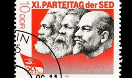 Poštovní známka z doby NDR. Hlavní ideologové režimu: Marx, Engels, Lenin.