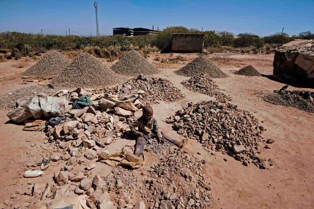 Kobalt se mnohdy těží v primitivních podmínkách, často za využití dětské práce