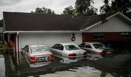 zaplavené vozy. Jeden z důsledků hurikánu Harvey