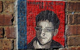 """Mozaika zachycující Edwarda Snowdena s nápisem """"díky za pravdu"""" v britském Londýně"""