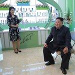 Kim Čong-un navštívil továrnu na kosmetiku v Pchjongjangu společně s manželkou Ri Sol-ču. Fotografie byly zveřejněny 29. října 2017.