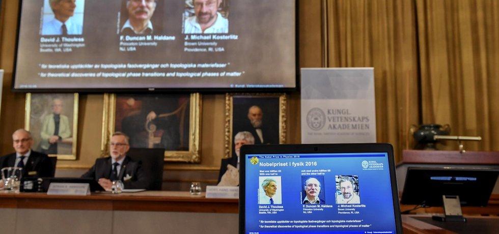 Nobelovu cenu za fyziku získali David Thouless, Duncan Haldane a Michael Kosterlitz