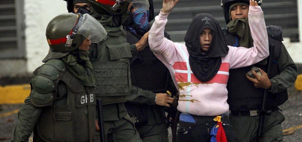 Venezuelská policie zajišťuje protivládní demonstrantku