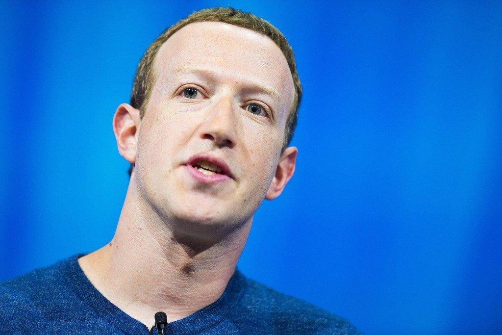 Mark Zuckerberg (Facebook) – Také Zuckerberg pobírá za šéfování Facebooku pouhý jeden dolar ročně. Ještě v roce 2013 činila jeho mzda 770 tisíc dolarů, Zuckerberg pak ale přistoupil na snížení platu na symbolickou odměnu. Facebook loni zažil rok plný skandálů, jeho zakladatel se však i tak stále drží mezi desítkou nejbohatších lidí na světě.