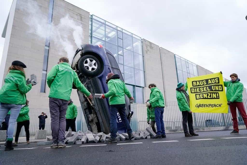 Hnutí Greenpeace požaduje zákaz benzínových a naftových aut v Německu.