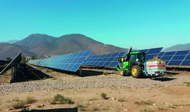 Čištění solárních panelů v Chile