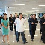 Inspekce nového letištního terminálu v Pchjongjangu. Snímek zveřejněn v červnu 2015.